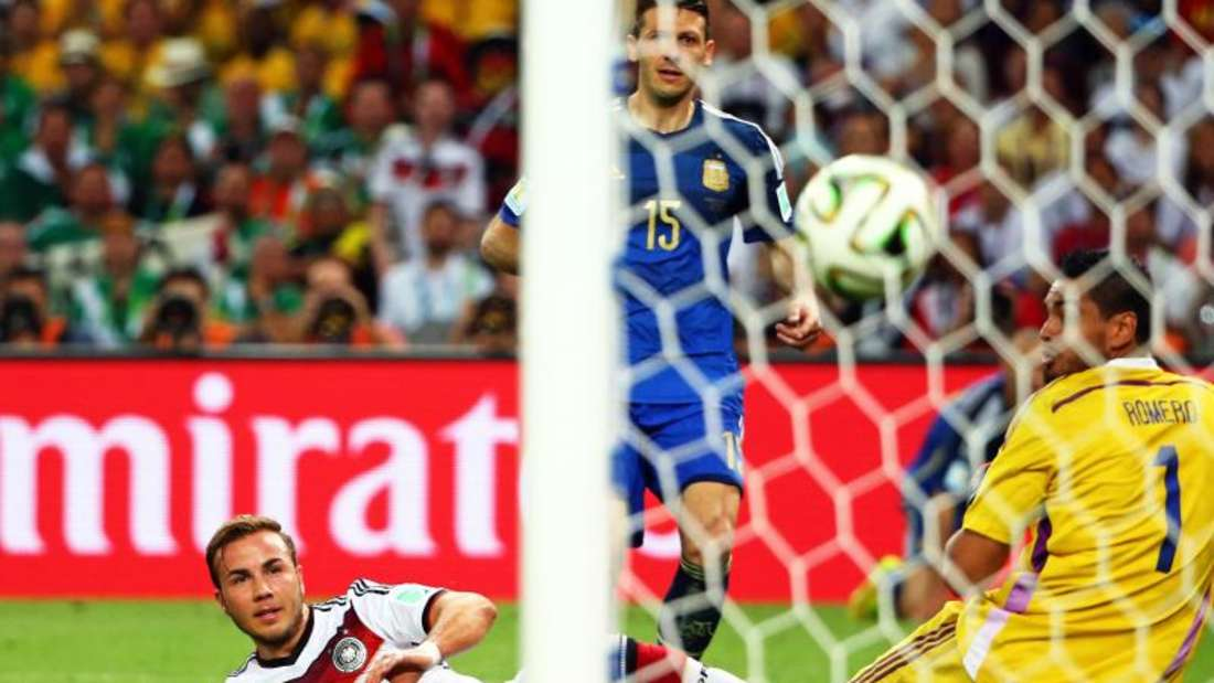 Mario Götze (l) erzielte im WM-Finale 2014 den 1:0-Siegtreffer gegen Argentinien. Foto: Diego Azubel/epa/dpa