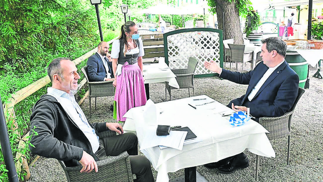 Interview mit Abstand: Söder bestellt sich einen Kaffee und ein Mineralwasser vor dem Gespräch mit Georg Anastasiadis (l.) und Christian Deutschländer.
