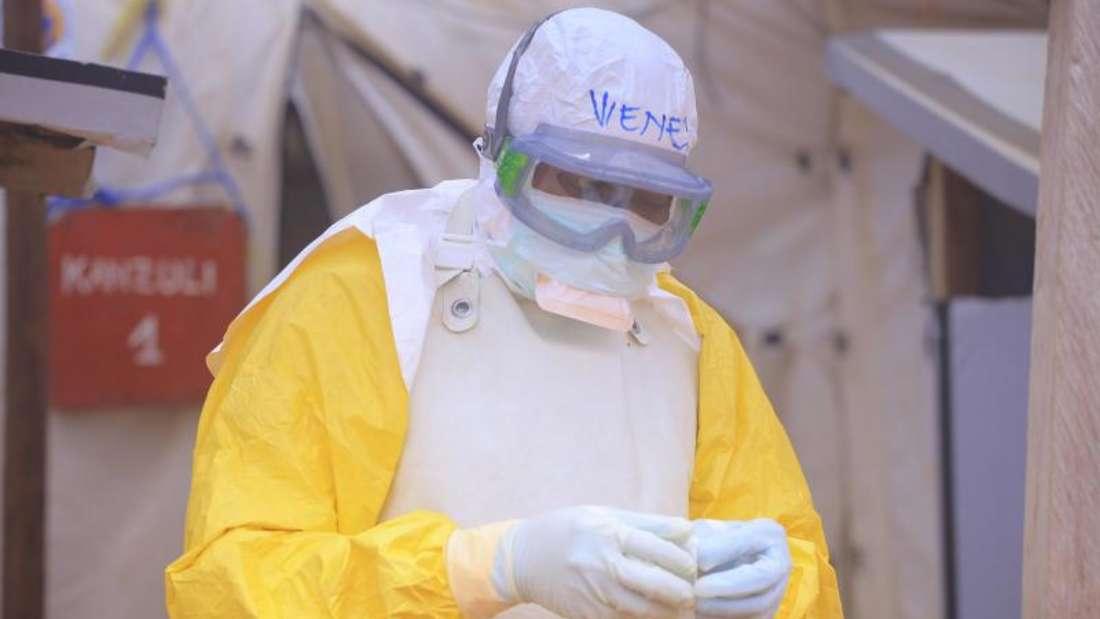 Ein Pfleger mit Schutzkleidung in einem Ebola-Behandlungszentrum im Kongo. Foto: Kitsa Musayi/dpa