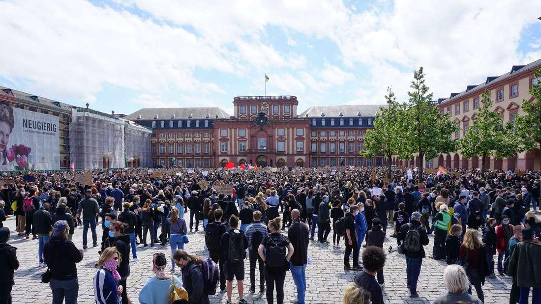 6.000 Demo-Teilnehmer versammeln sich am Samstag, 6. Juni vor dem Mannheimer Schloss.