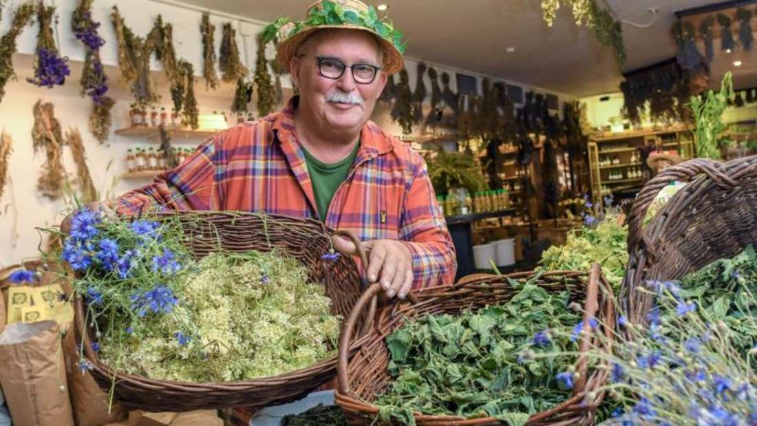 Der Koch Peter Franke betreibt eine Kräutermanufaktur und bietet die getrockneten Blüten und Blätter in seinem «Un-Kraut-Laden» an. Foto: Patrick Pleul/dpa-Zentralbild/ZB