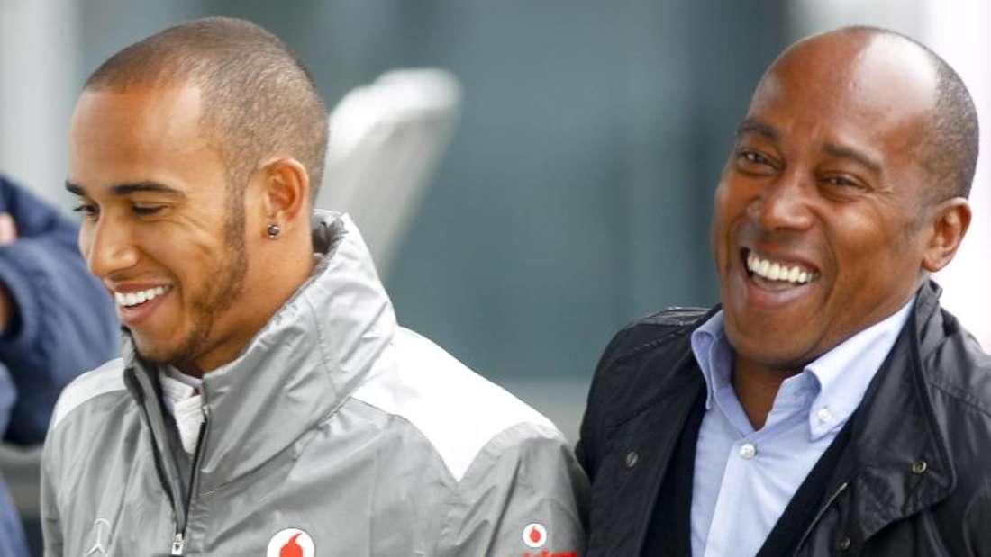 Der britische Rennfahrer Lewis Hamilton (l) und sein Vater Anthony. Foto: Diego Azubel/EPA/dpa