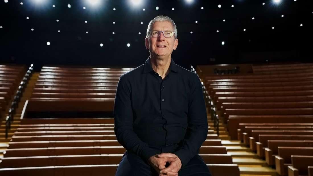 Apple-Chef Tim Cook begrüßt die Zuschauer im leeren Steve-Jobs-Theater.