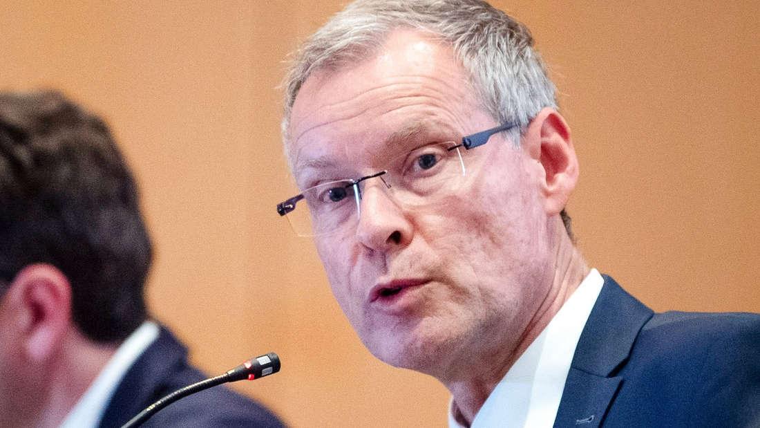 """Sven-Georg Adenauer bittet um Hilfe. Der Landkreis Gütersloh stehe vor einer""""Mammutaufgabe."""""""