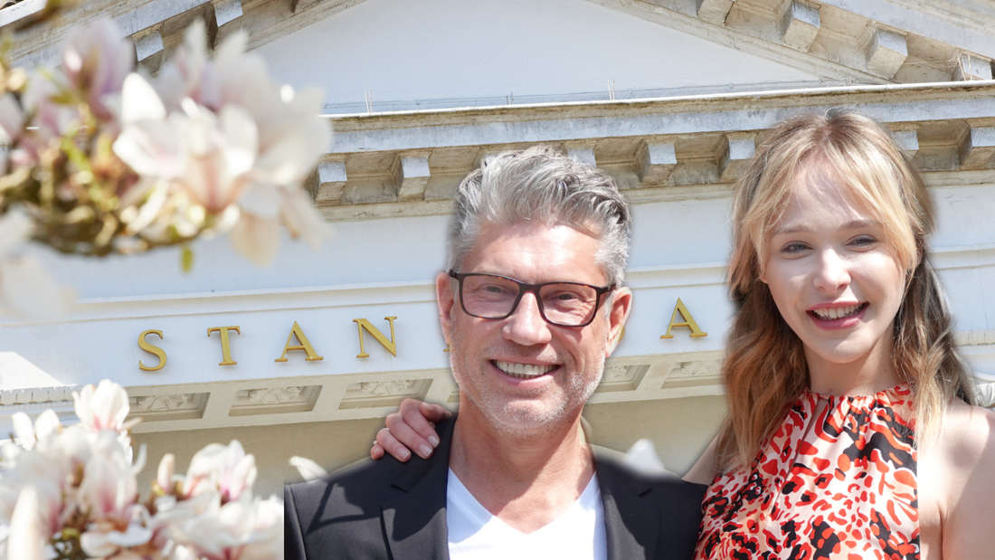 Theresia Fischer und Ehemann Thomas stehen vor einem Standesamt.