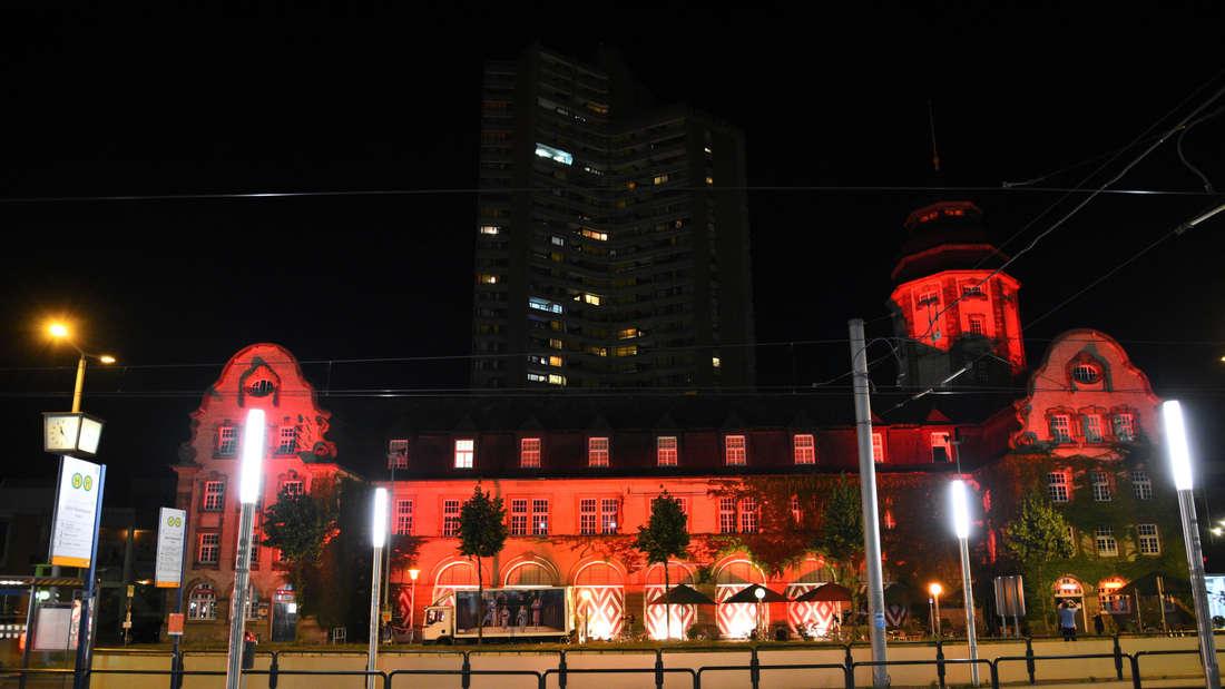 """Die SAP Arena erleuchtet bei der """"Night of Lights"""" in Rot."""