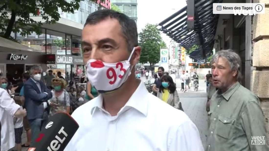 """Cem Özdemir steht nach den Krawallen in Juni 2020 in der Stuttgarter Innenstadt und gibt ein Interview für die WELT. Ein Passant fällt ihm ins Wort und Özdemir weist ihn zurecht: """"Halten Sie bitte die Fresse"""""""