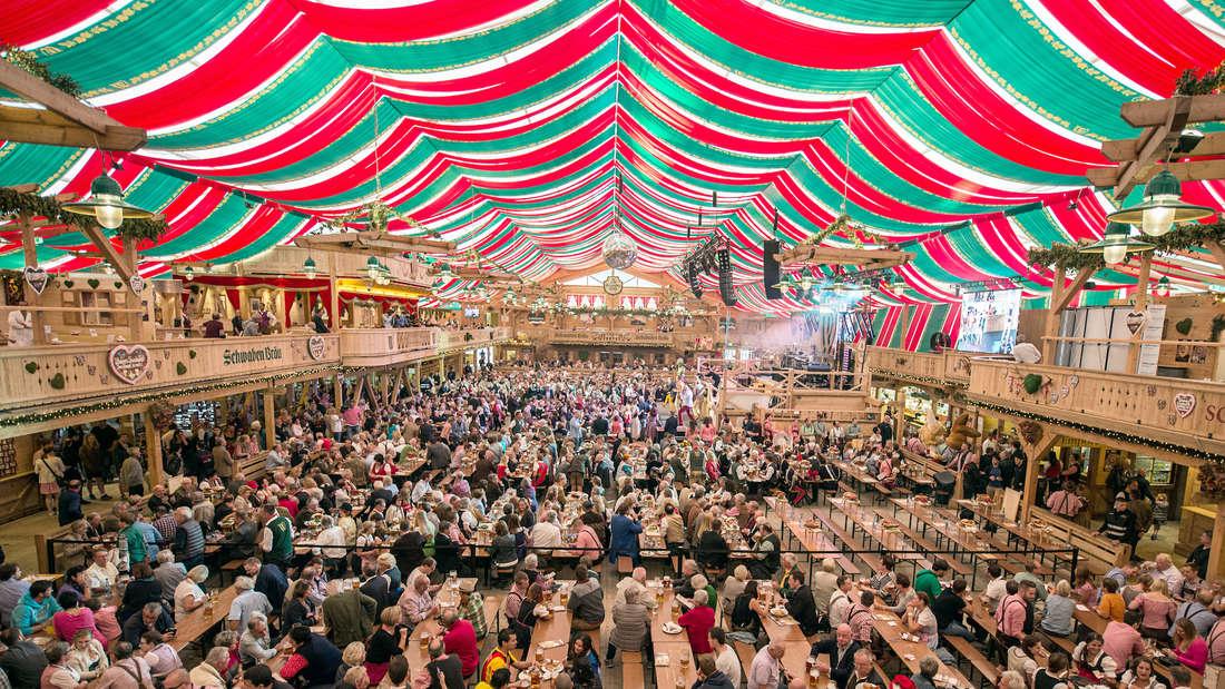 Ein voller Zelt beim Cannstatter Volksfest.