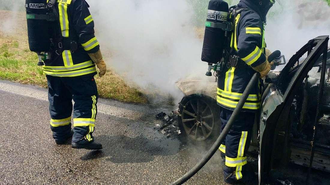 Die Weinheimer Feuerwehr muss auf der A5 an der Ausfahrt des Parkplatz Fliegwiese einen Pkw Brand löschen (6. Juli 2020).