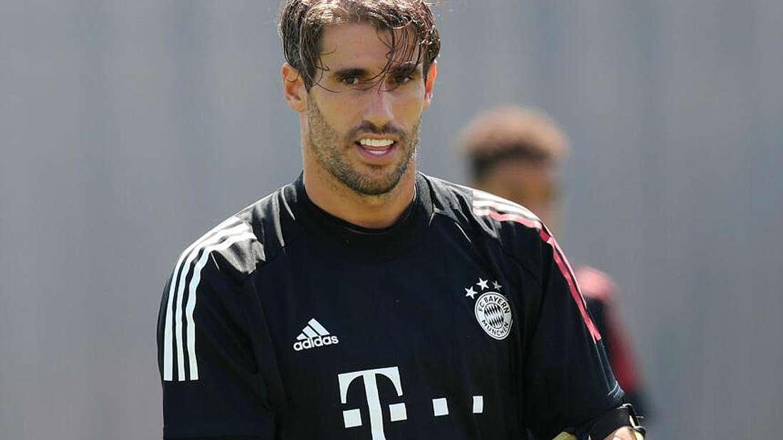 Javi Martinez schaut während des Trainings beim FC Bayern in die Kamera.