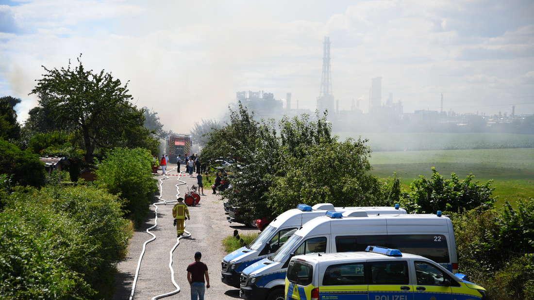 Es kommt in einer Gartenanlage auf der Friesenheimer Insel zu einem Brand. Feuerwehr und Polizei ist mit einem Großaufgebot vor Ort.