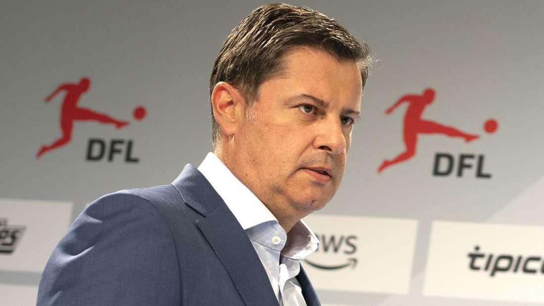 Christian Seifert steht bei einer Pressekonferenz der Deutschen Fußball Liga vor einer Sponsoren-Tafel.