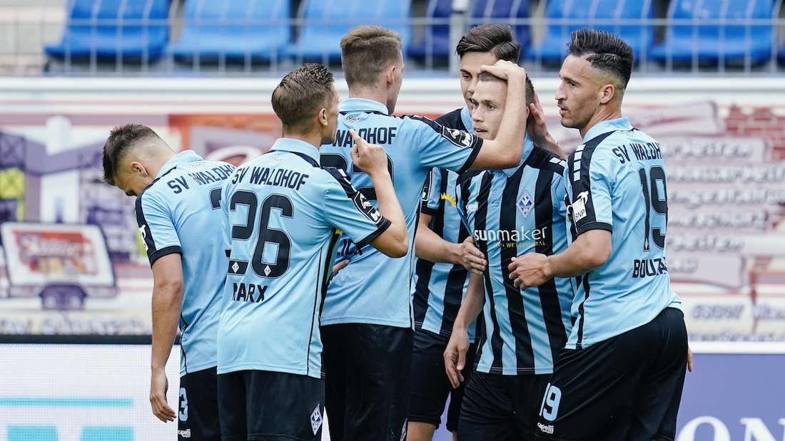 Die Spieler des SV Waldhof jubeln nach einem Treffer.