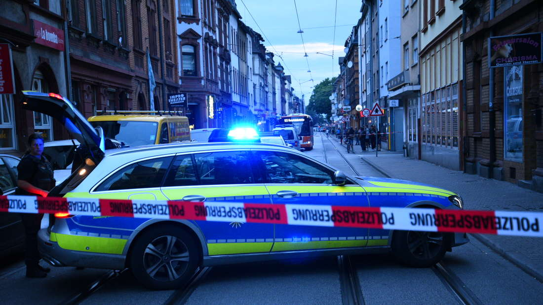 Ein Streifenwagen steht vor einer Polizeiabsperrung in der Mittelstraße