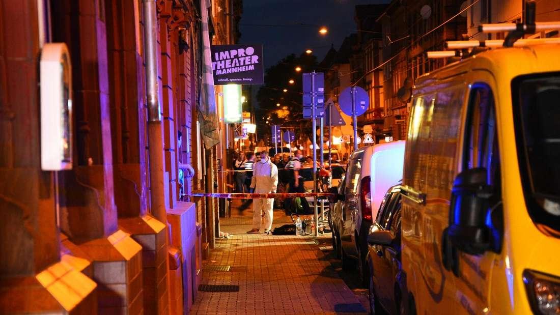 Mannheim: Die Ermittler sichern Spuren am Tatort in der Mittelstraße nachdem dort ein Mann erstochen worden ist.