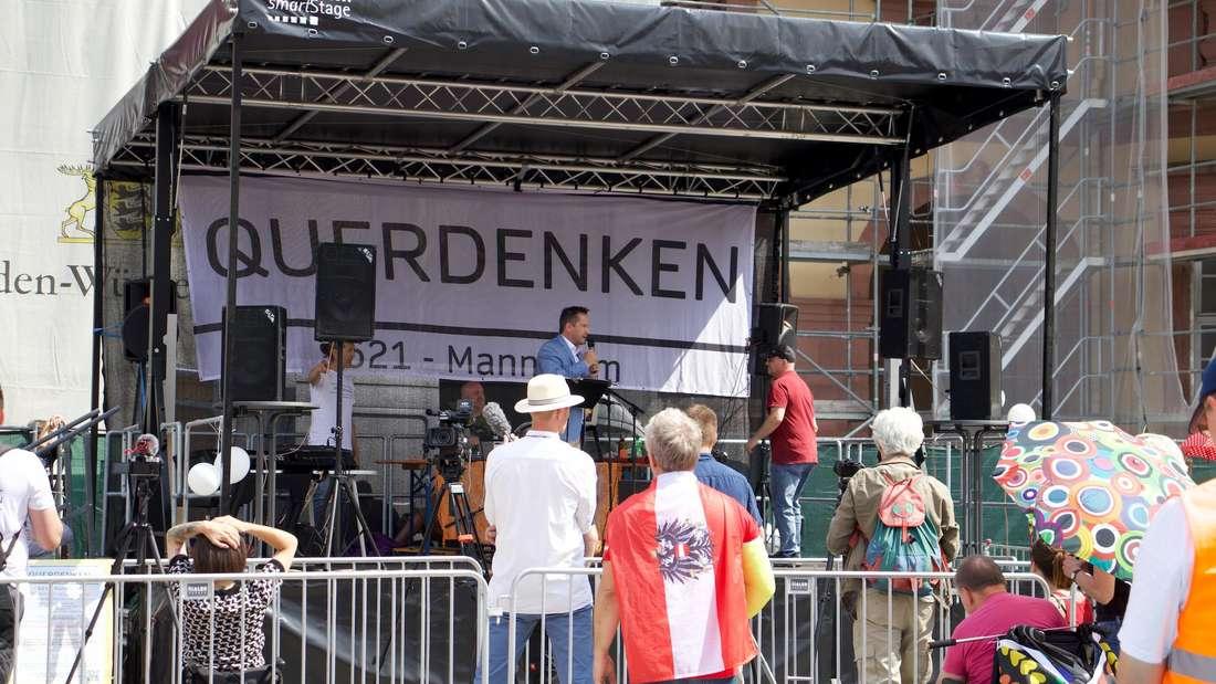 Thorsten Schulte, Bestseller-Autor, spricht auf der Bühne.