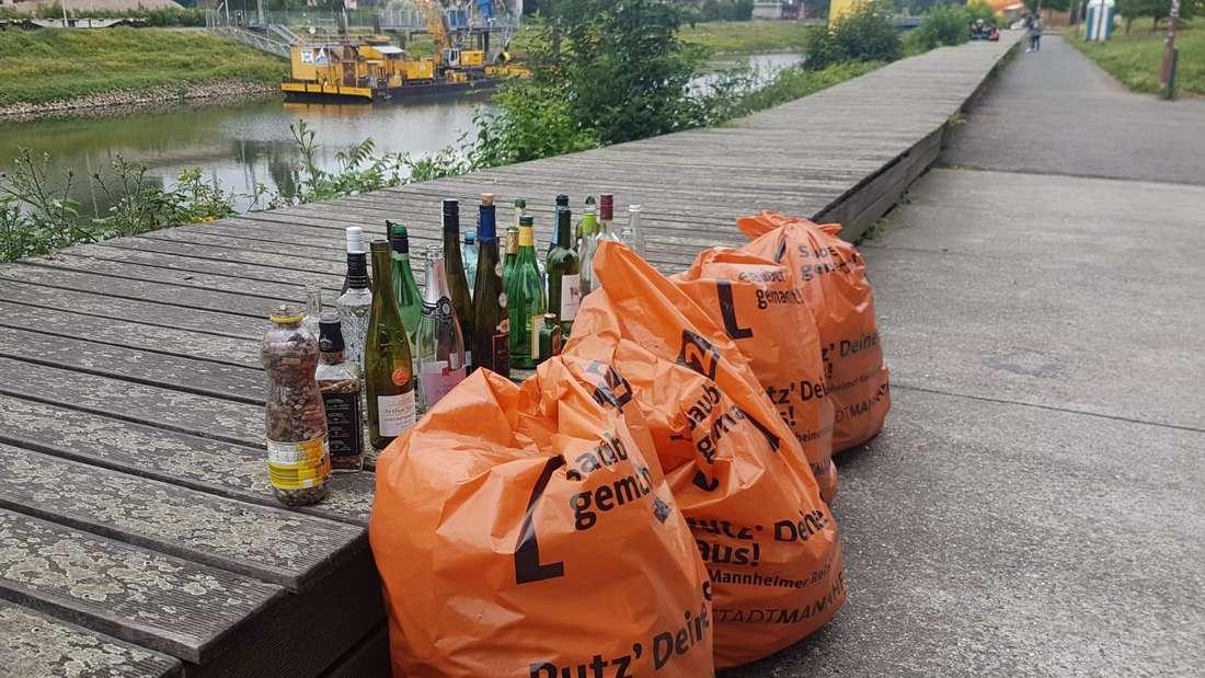 Müllsäcke und leere Flaschen am Verbindungskanal im Mannheimer Jungbusch.