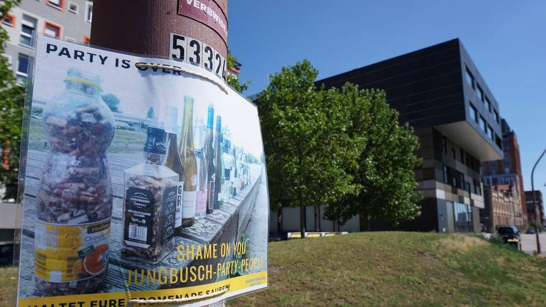 Verbindungskanal im Mannheimer Jungbusch: Surfrider-Poster hängt an einer Straßenlaterne.