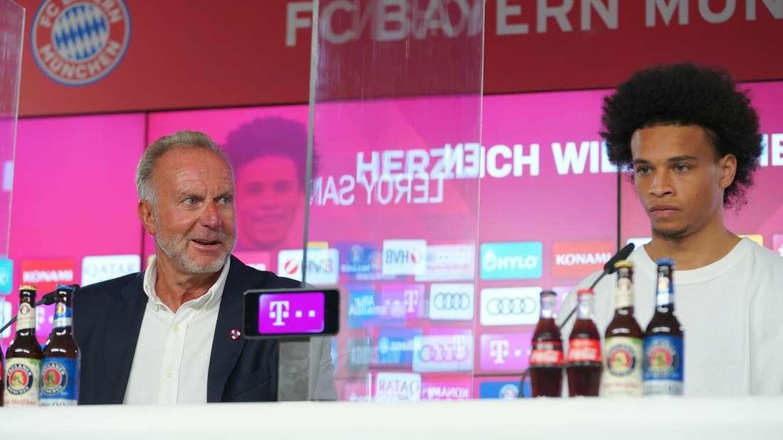 Karl-Heinz Rummenigge an der Seite von Leroy Sané bei dessen Vorstellung beim FC Bayern.
