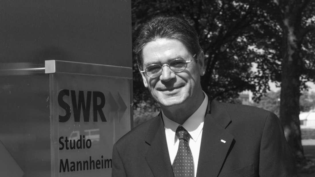 Bernhard Ballhaus vor dem Schild des SWR Studios Mannheim.