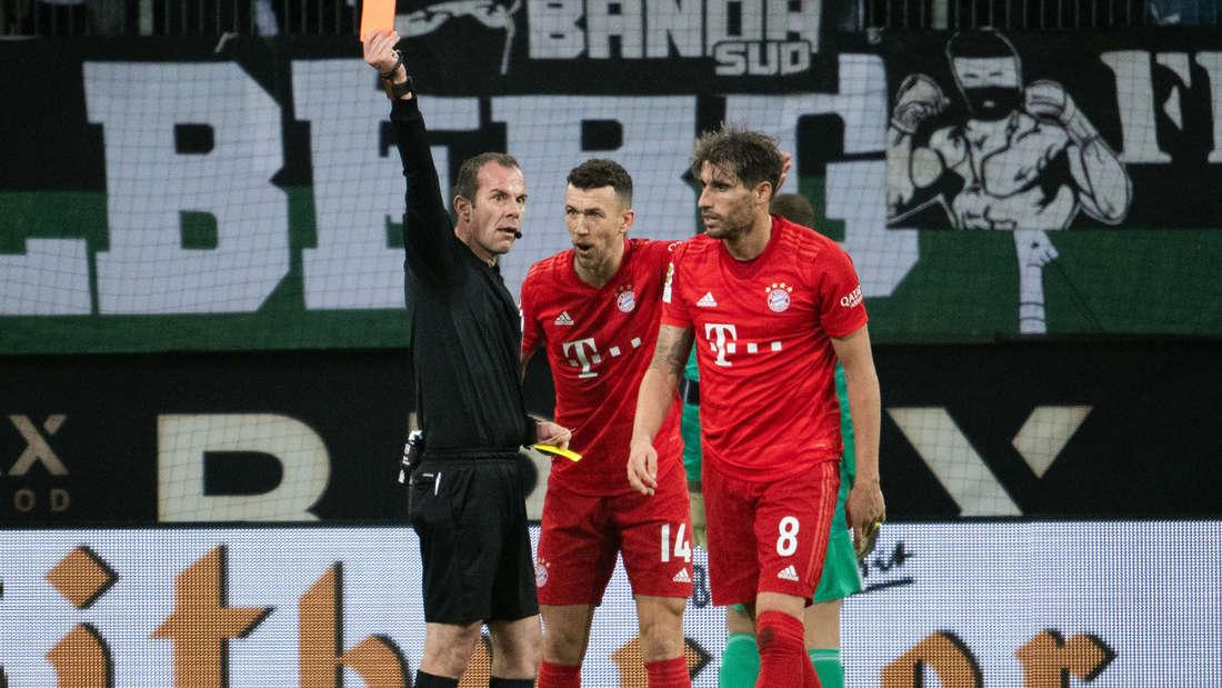 Schiedsrichter Marco Fritz zeigt Bayerns Javi Martinez die Rote Karte.