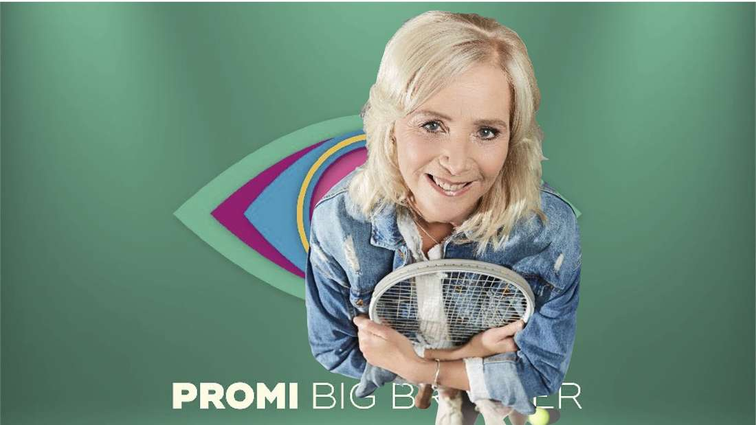 Claudia Kohde-Kilsch mit einem Tennisschläger in der Hand vor dem Symbol von Promi Big Brother.