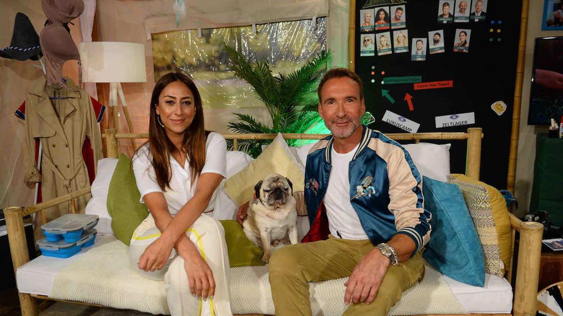 Melissa Khalay und Jochen Bendel  sitzen auf einer Couch.