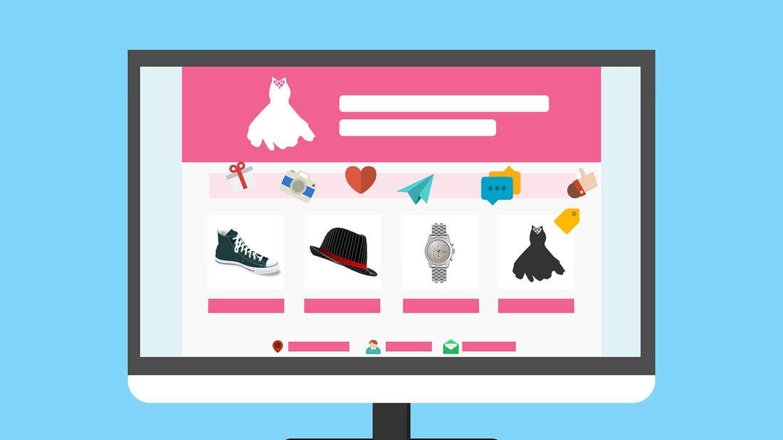 Bekleidung in einem Online-Shop auf einem Monitor