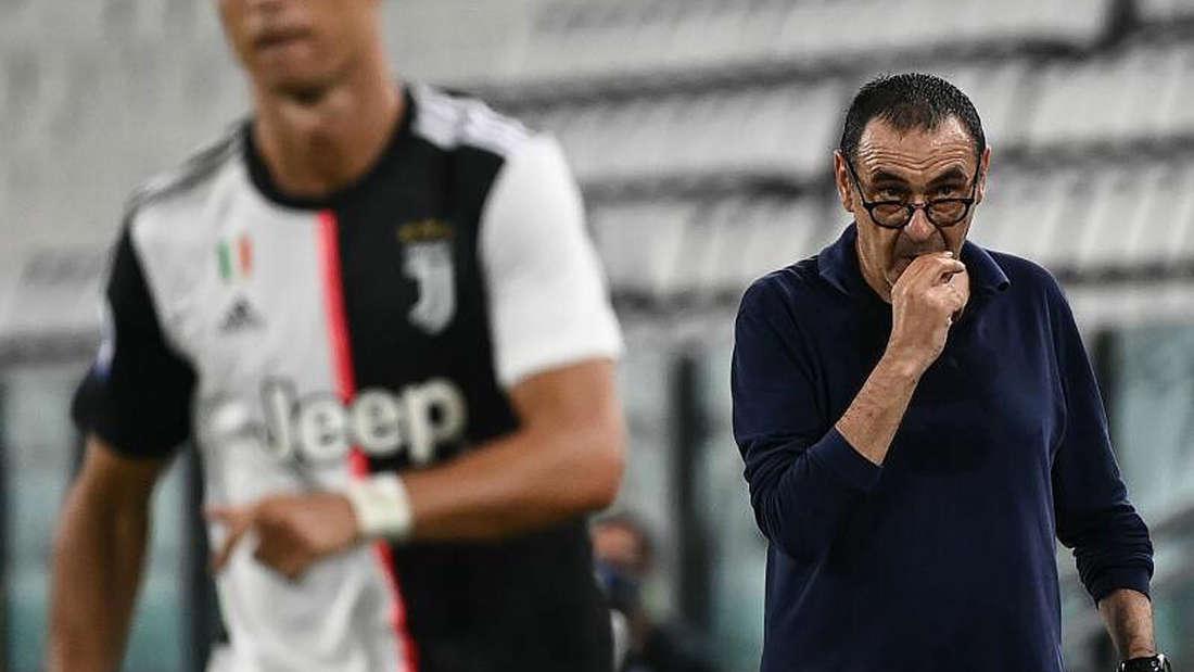 Maurizio Sarri steht hinter Cristiano Ronaldo an der Seitenlinie.
