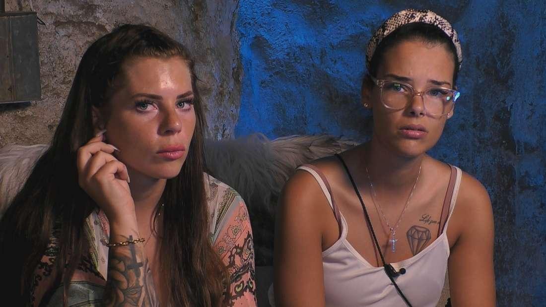 Jenny Frankhauser und Elene Lucia Ameur auf einer Couch.