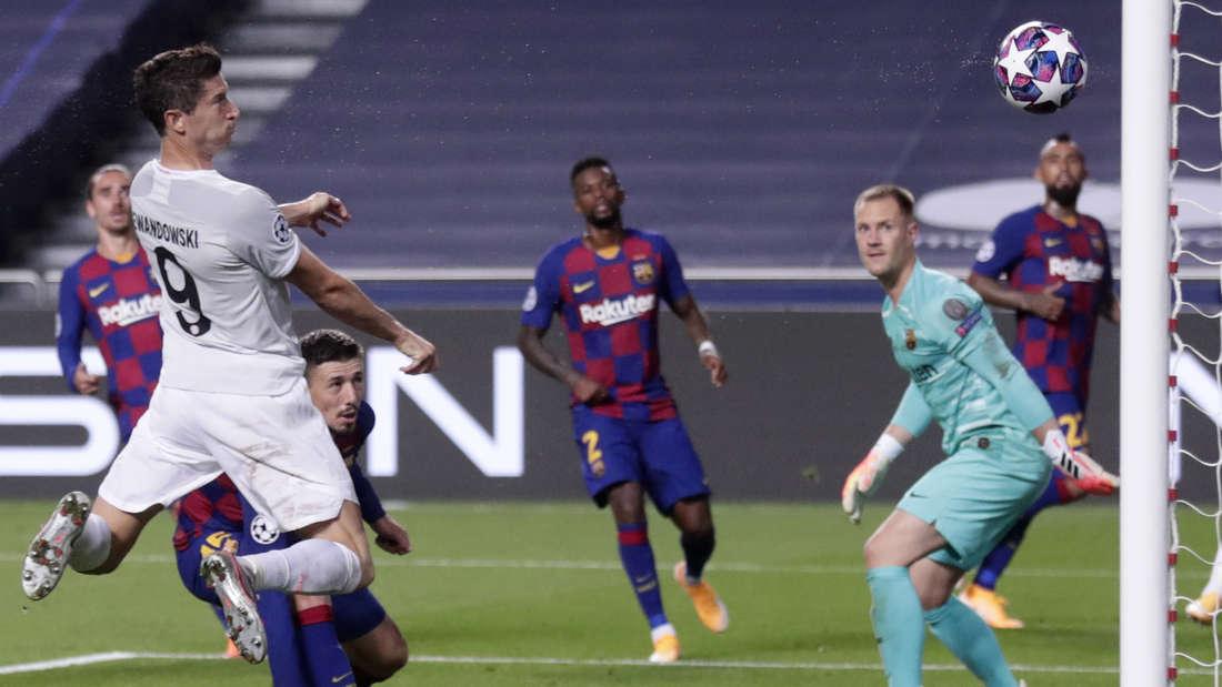 Bayerns Robert Lewandowski trifft per Kopf gegen Barcelona.