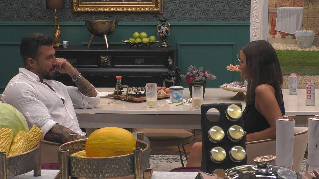 Mischa und Adela sitzen an einem Tisch.