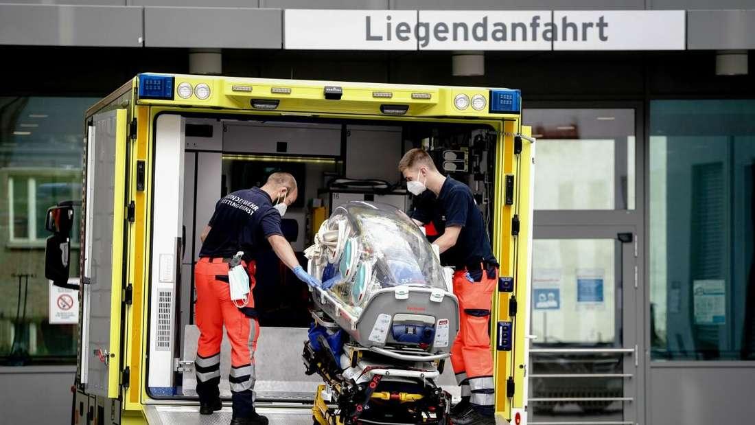 Sanitäter vom Bundeswehr Rettungsdienst bringen die Spezialtrage, mit der Nawalny in die Charite eingeliefert wurde, zurück in den Krankenwagen.