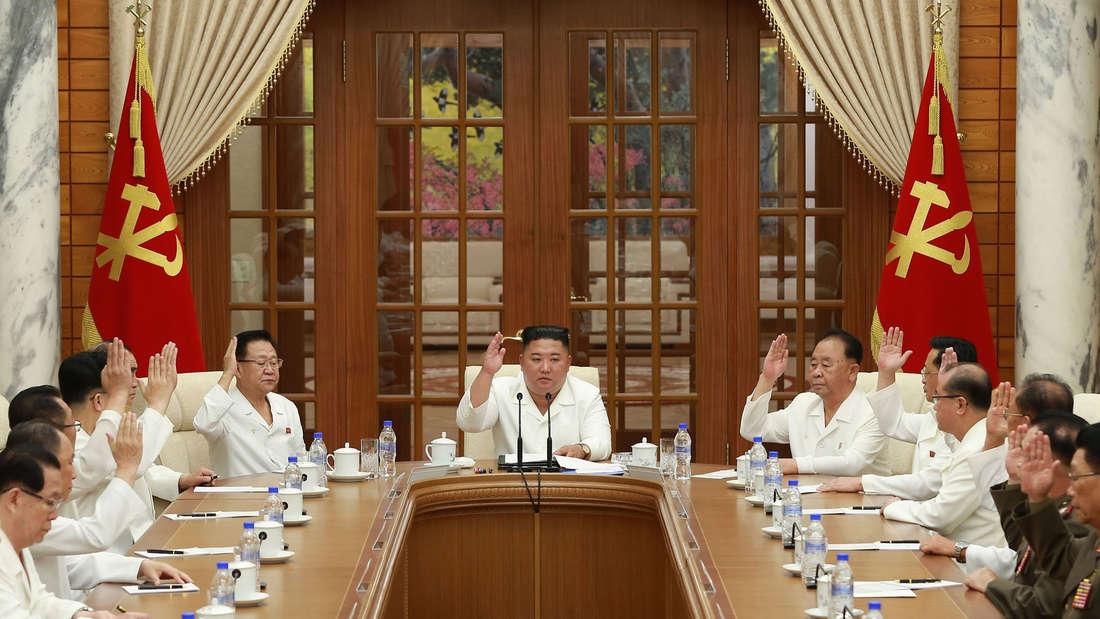 Kim Jong Un, Machthaber von Nordkorea, während einer Sitzung des Politbüros der Partei der Arbeit Koreas.