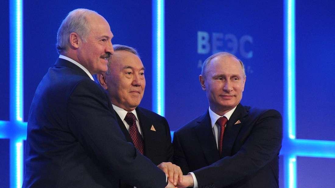 Man kennt sich: Wladimir Putin (r.) und Alexander Lukaschenko, hier mit Kasachstans Ex-Präsident Nursultan Nasarbajew.