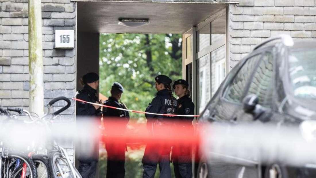 Polizisten stehen vor einem Wohnhaus. Eine 27-jährige Mutter soll in Solingen fünf Kinder umgebracht haben. Die Mutter habe sich danach im Düsseldorfer Hauptbahnhof auf die Gleise begeben, aber verletzt überlebt. Foto: Marcel Kusch/dpa