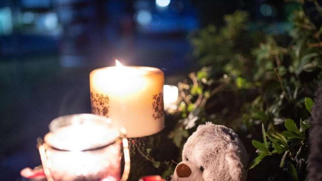 Ein Teddybär und Kerzen liegen und stehen vor einem Haus. Eine 27-jährige Mutter soll in Solingen fünf Kinder umgebracht haben. Foto: Marcel Kusch/dpa