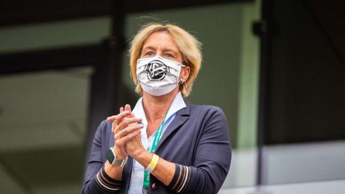 Ist mit Deutschlands Fußball-Frauen gegen Irland gefordert: Bundestrainerin Martina Voss-Tecklenburg. Foto: Marcel Kusch/dpa