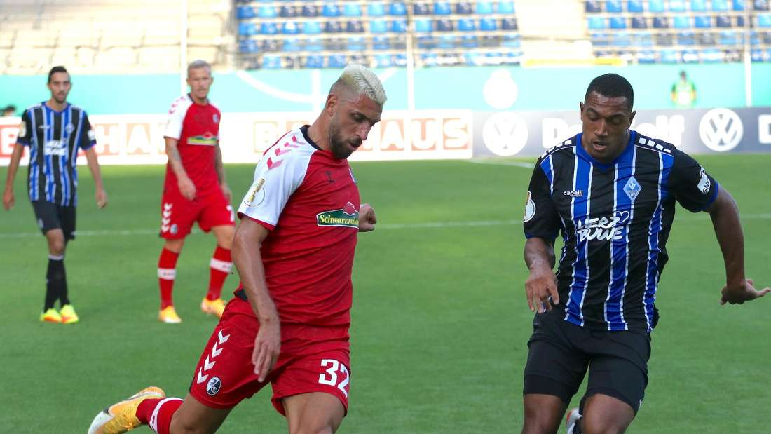 DFB-Pokal: SV Waldhof – SC Freiburg - Anton Donkor kämpft um den Ball
