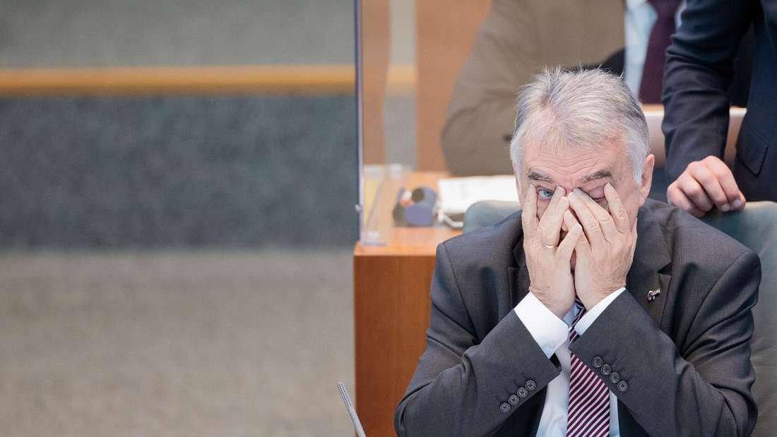 Herbert Reul (CDU), Innenminister von Nordrhein-Westfalen, sitzt am 17. September 2020 im Plenum des Landtags in Düsseldorf.
