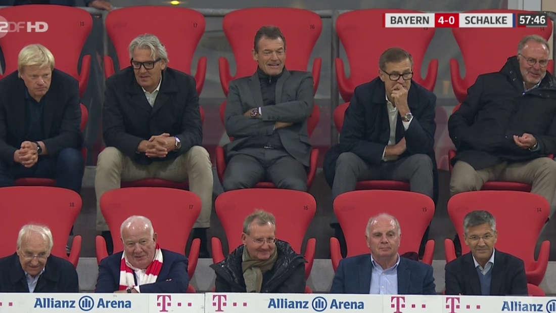 Die Vorstände des FC Bayern sitzen während dem Spiel gegen Schalke auf der Tribüne.