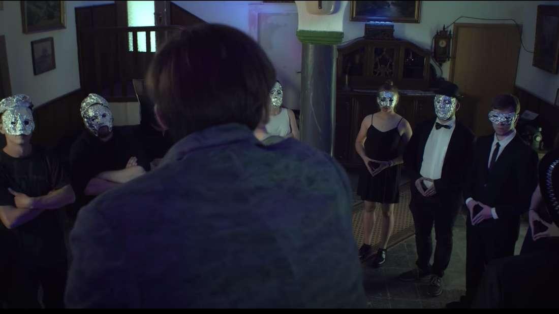 Im Video feiert die Band eine Party mit Alufolie und Blut. (Screenshot)
