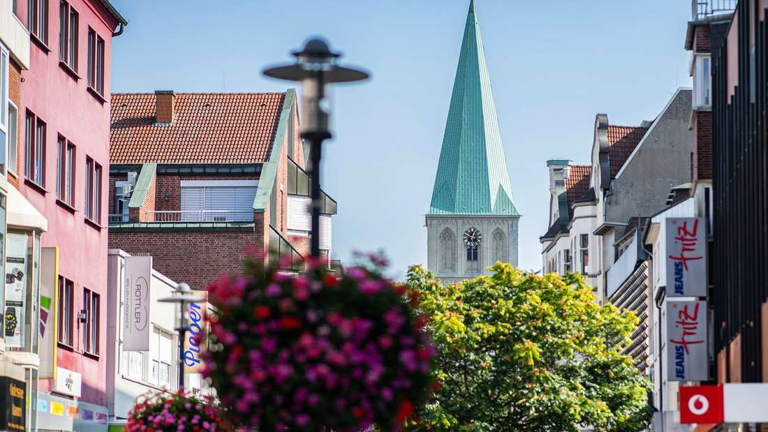 Nordrhein-Westfalen, Hamm (Westfalen): Ein Blick in die Fußgängerzone und der Pauluskirche - in Hamm.