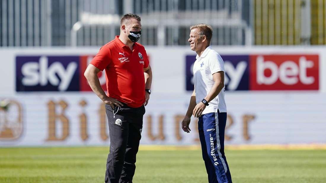 Sandhausen-Coach Uwe Koschinat (li.) im Gespräch mit Darmstadt-Coach Markus Anfang.