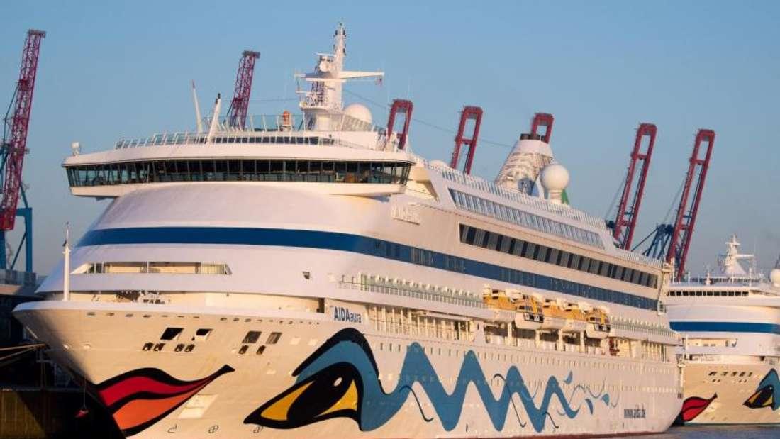 """Die beiden Aida-Kreuzfahrtschiffe """"Aidaaura"""" und """"Aidacara"""" liegen am Kreuzfahrt-Terminal Steinwerder in Hamburg."""
