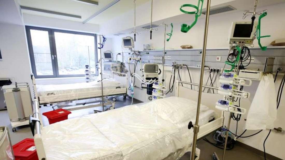 Neben den Intensivbetten stehen Beatmungsgeräte im Krankenhaus.