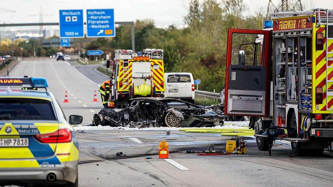 Feuerwehrfahrzeuge stehen bei einem ausgebrannten Fahrzeug auf der Autobahn 66 bei Hofheim (10. Oktober 2020).