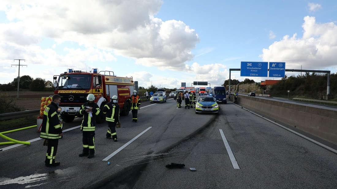 Feuerwehr- und Polizeifahrzeuge stehen nach einem Unfall auf der A66 bei Hofheim (10. Oktober 2020).