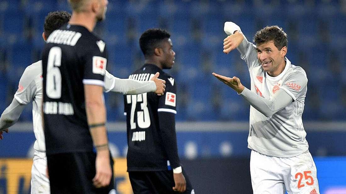 Thomas Müller (r) von Bayern jubelt nach seinem Treffer zum 0:4.
