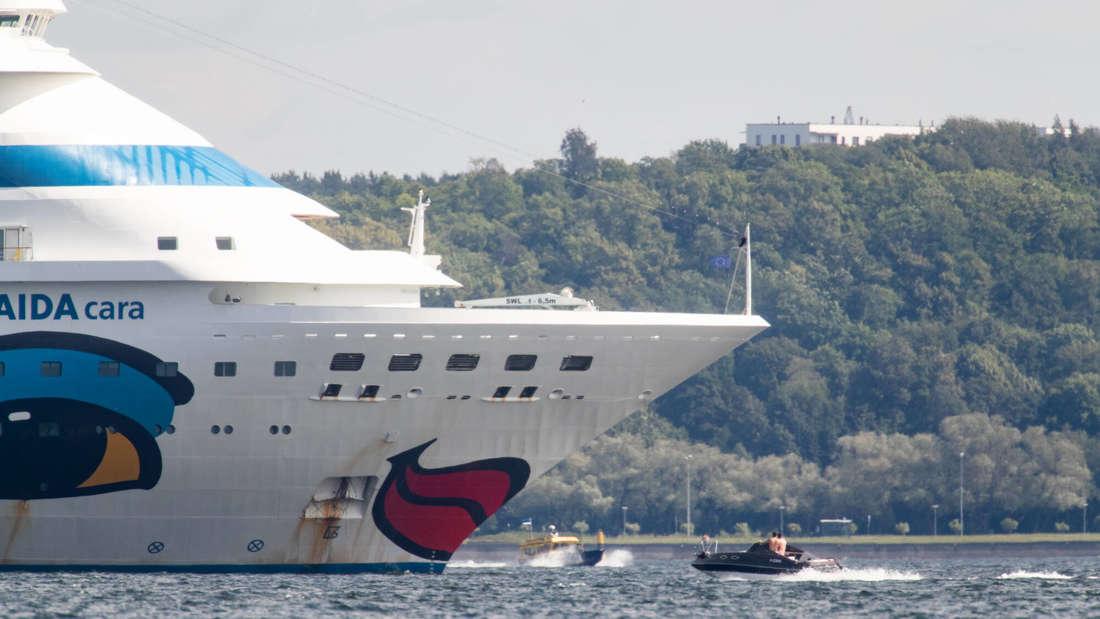 Ein Aida-Schiff bei Tallinn in Estland.